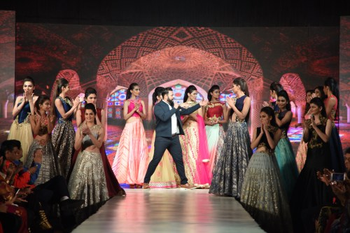 VJ Andy entertaining the event and the models wearing the Midnight collection, hues of India, Shes got the blues and birds of paradise collection