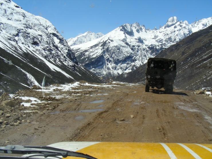 way to the gurudongmar lake